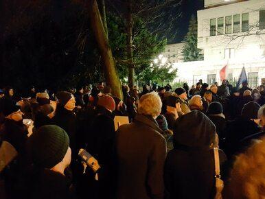 Demonstracje przed Sejmem i Senatem. Policja wzywa do opuszczenia...