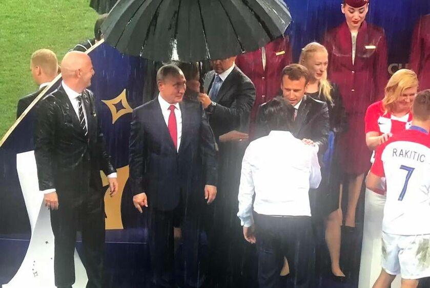 Parasol nad Władimirem Putinem podczas wręczenia medali po finale MŚ