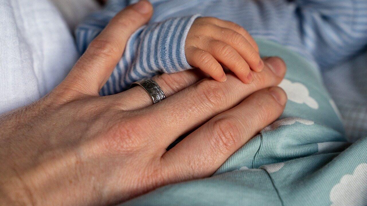 2D:4D, czyli wskaźnik długości palców wyrażany poprzez stosunek długości palca wskazującego do serdecznego  u kobiet jest: