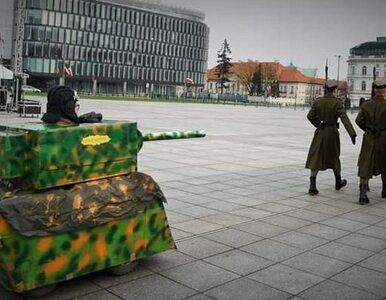 Kartonowy czołg na placu Piłsudskiego. MON zawiadamia prokuraturę