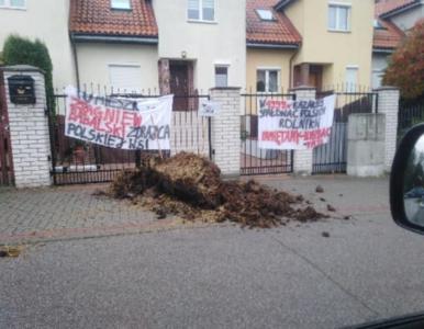"""Rolnicy z AgroUnii rozrzucili obornik przed domami posłów PiS. """"Nie głos..."""