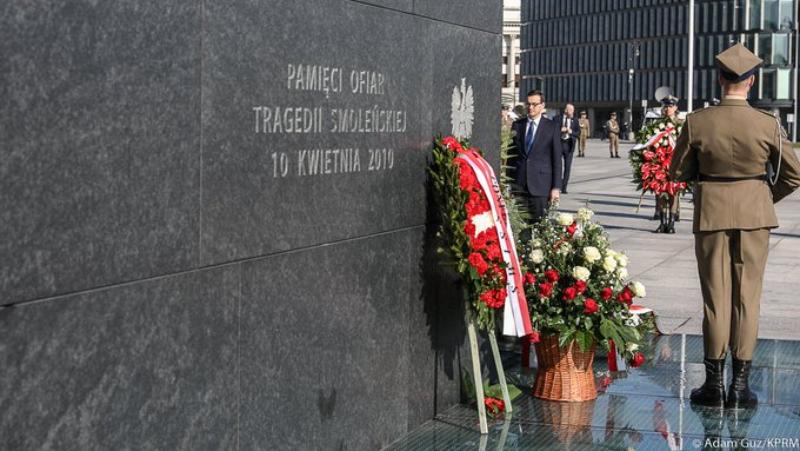 Premier Mateusz Morawiecki złożył kwiaty pod Pomnikiem Ofiar Katastrofy Smoleńskiej