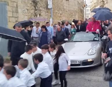 """Ksiądz zrobił """"powóz"""" z Porsche. Samochód ciągnęły dzieci"""
