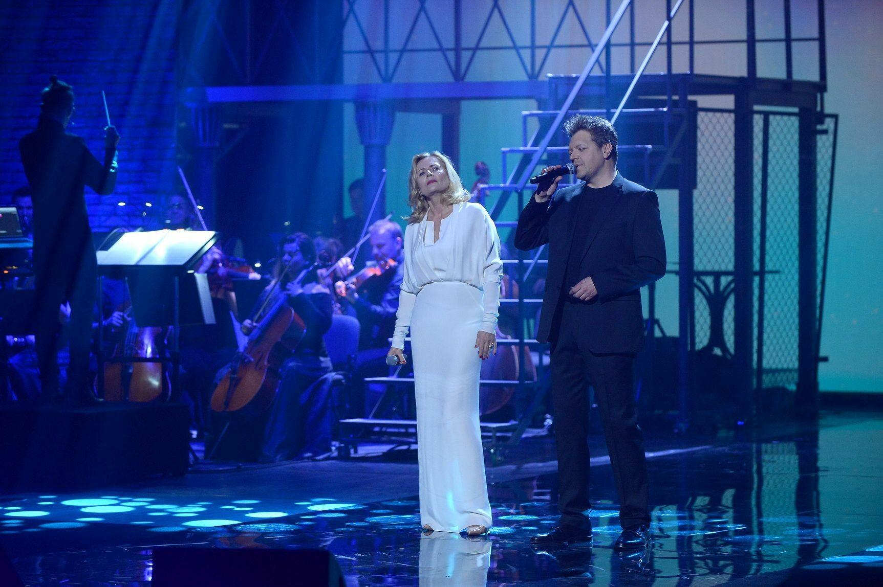 """Koncert """"Gintrowski – a jednak coś po nas zostanie"""" Na scenie Grażyna Szapołowska i Krzysztof Kiljański."""