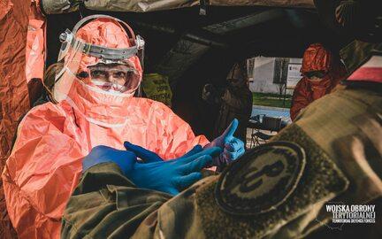 Żołnierze WOT wspierają personel medyczny i sanitarny w walce z...