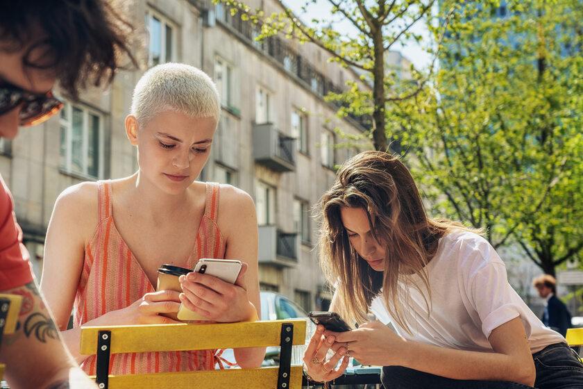 Kobiety ze smartfonami