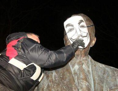 Palikot zawiesza maskę na pomniku Reagana. Protest przeciwko ACTA