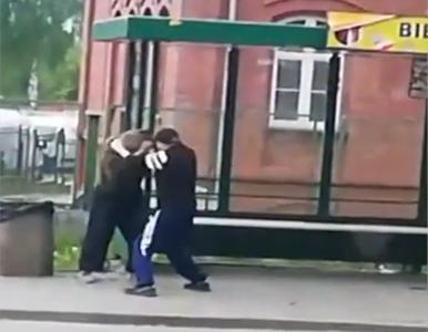 Znęcał się nad bezdomnym, przechodnie nie reagowali. Policja pokazała...
