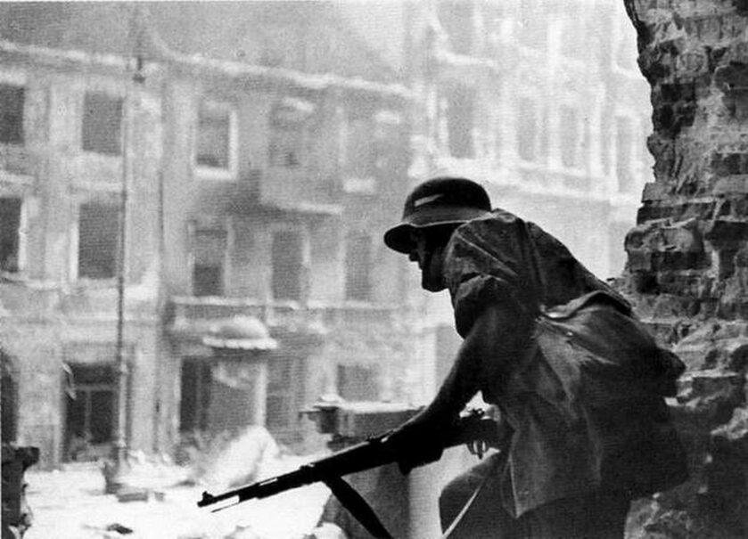 Powstanie Warszawskie, powstańcza czujka w ruinach kościoła św. Krzyża przy Krakowskim Przedmieściu