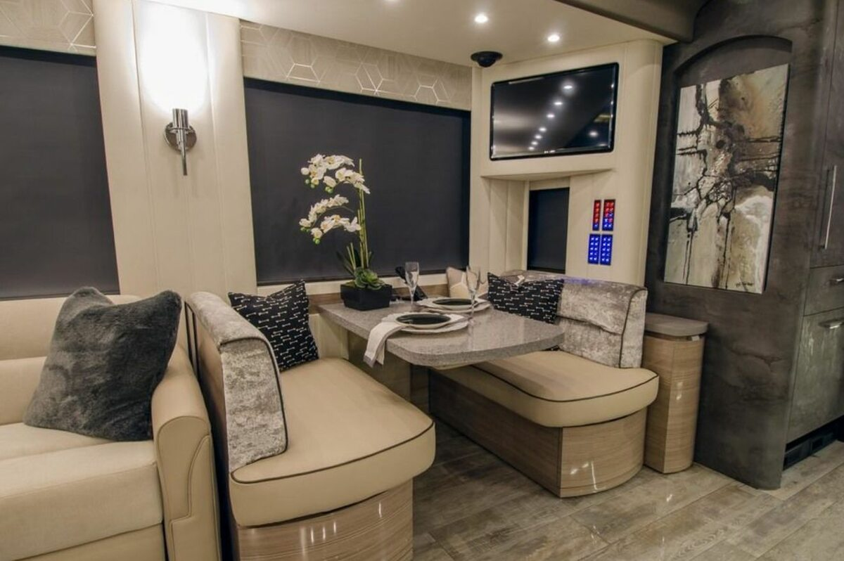 Wnętrze kampera 2020 Newell Coach p50