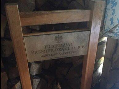 """Pamiątkowe krzesło po wizycie prezesa PiS. """"Tu siedział premier IV RP"""""""