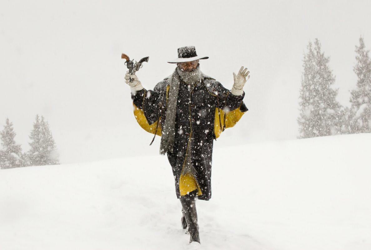 #5 Nienawistna Ósemka, reż. Quentin Tarantino (USA, 2015) Quentin Tarantino po raz kolejny bawi się formułą westernu i znów serwuje nam wysublimowaną krwawą rozrywkę. Umieszczając bohaterów w oddalonej od świata chacie, kondensuje i podkręca napięcie z każdą kolejną sceną, aż do stanu wrzenia (dość powiedzieć, że gorąca kawa stanowi jeden z punktów zapalnych sprzeczki). Film posiada swój najlepszy moment już w pierwszych kilku minutach. Gdy na powolnym oddaleniu oglądamy figurę Chrystusa, stojącą w szczerym, spowitym śniegiem polu, a w tle przygrywa pulsująca, rytmiczna, złowieszcza i oryginalna, stworzona na potrzeby filmu muzyka Maestro Ennio Morricone, od razu wiemy, że czeka nas niezapomniana przygoda. [Michał Kaczoń]