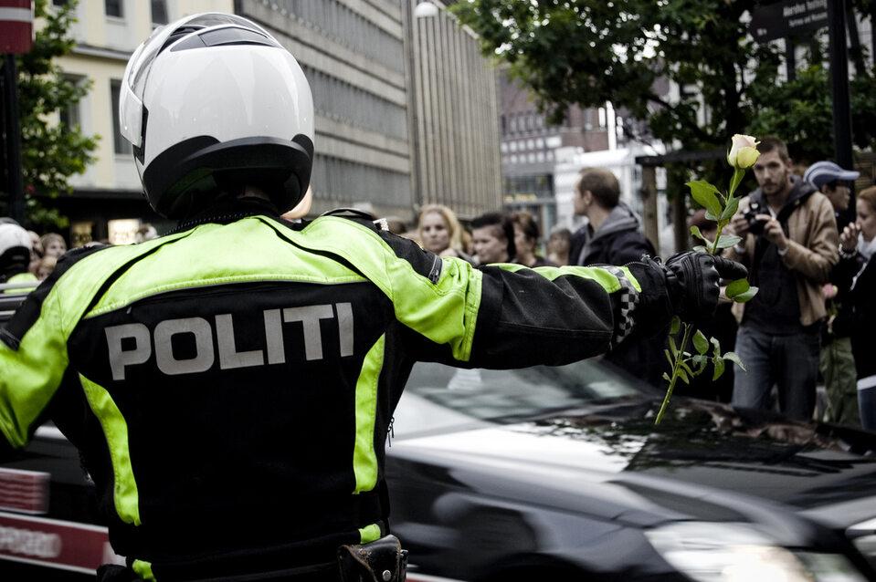 Norweski policjant z różą