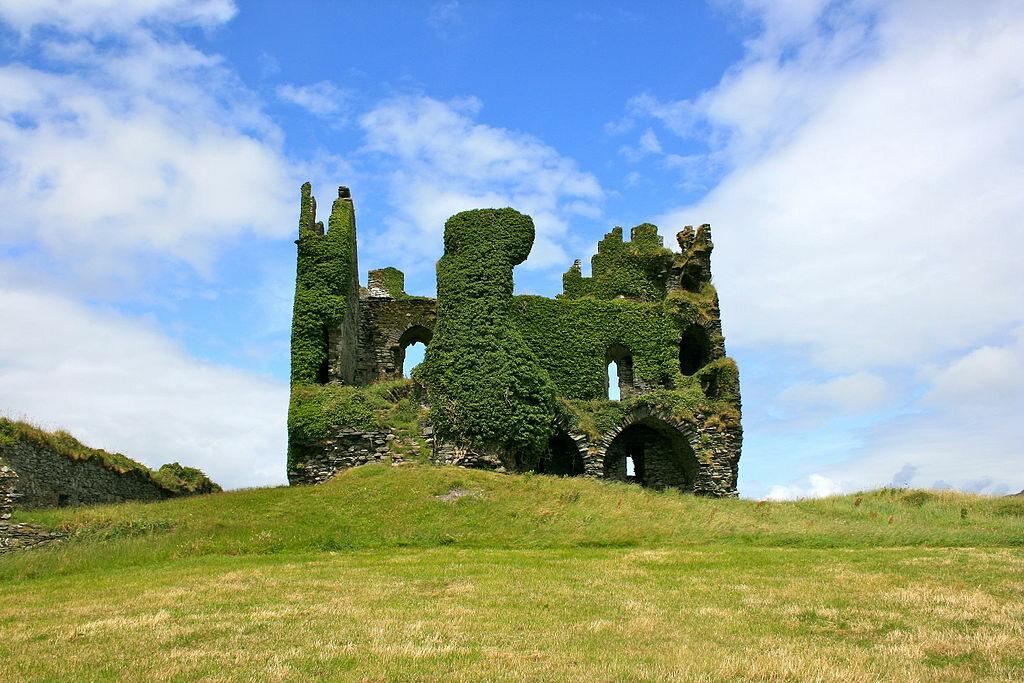 Ballycarbery Castle, Irlandia Położony nad Oceanem Atlantyckim zamek Ballycarbery powstał w XVI wieku. Został zniszczony przez oddziały Olivera Cromwella w 1652 roku. Obecnie zachwyca swoją kruchością i całkowitym poddaniem siłom natury.