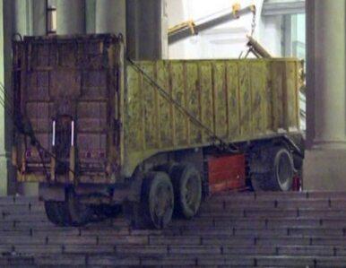Chciał wjechać ciężarówką do pałacu prezydenta. Zatrzymał się w drzwiach