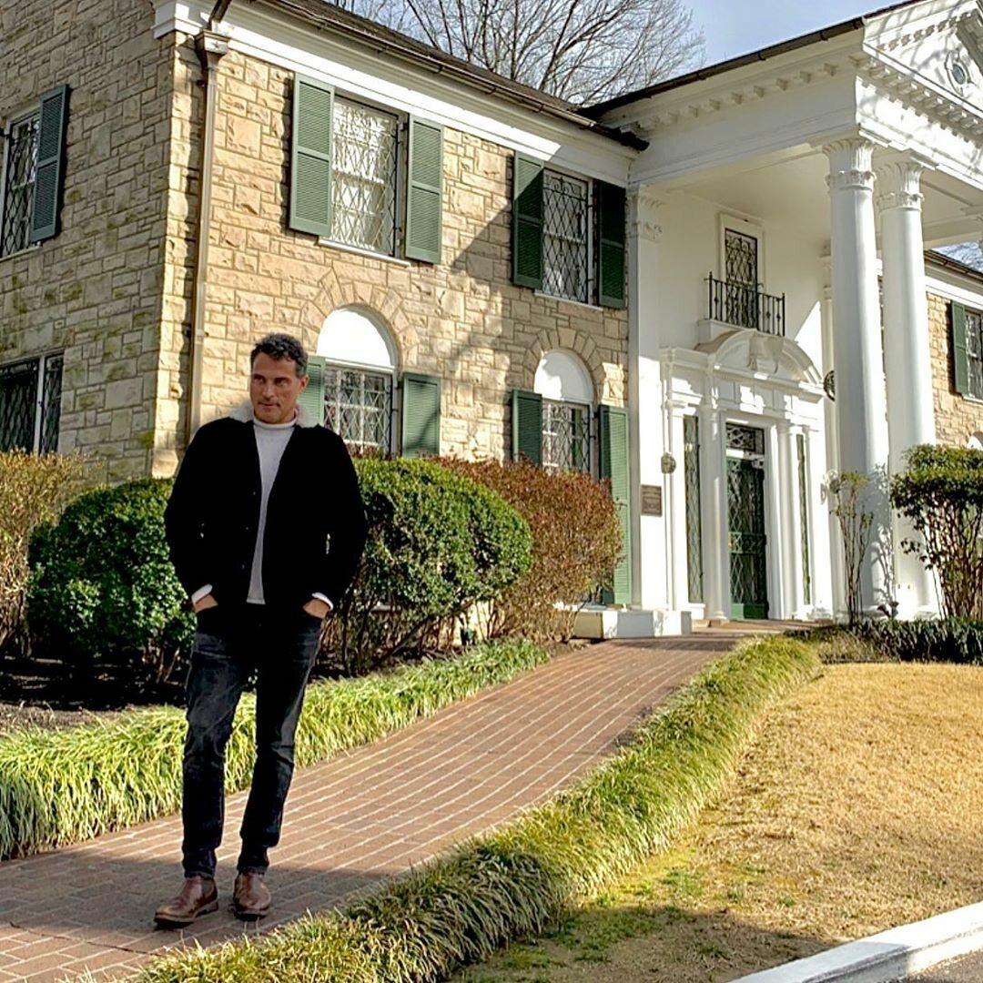 Rufus Sewell wcieli się w rolę ojca Elvisa Vernona Presleya