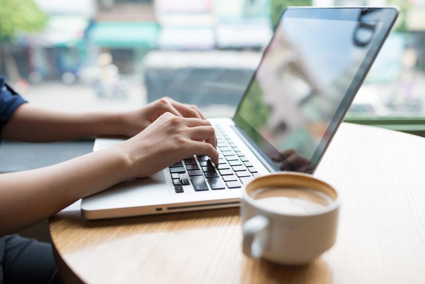 Poszukiwanie pracy, komputer, laptop, zdj. ilustracyjne
