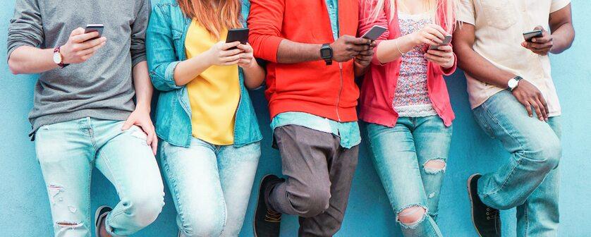 Nastolatkowie korzystający z internetu