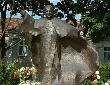 """Zbezczeszczono pomnik Jana Pawła II w Poznaniu. """"Kryłem pedofilów"""""""