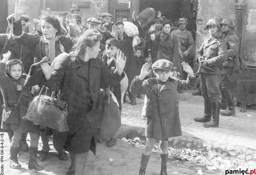 """Zdjęcie z """"Raportu"""" SS-Gruppenführera Jürgena Stroopa, który dowodził siłami niemieckimi tłumiącymi powstanie w getcie warszawskim"""