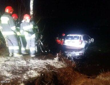 Ciechanów. Policjanci uratowali kobietę z tonącego samochodu. 43-latka...