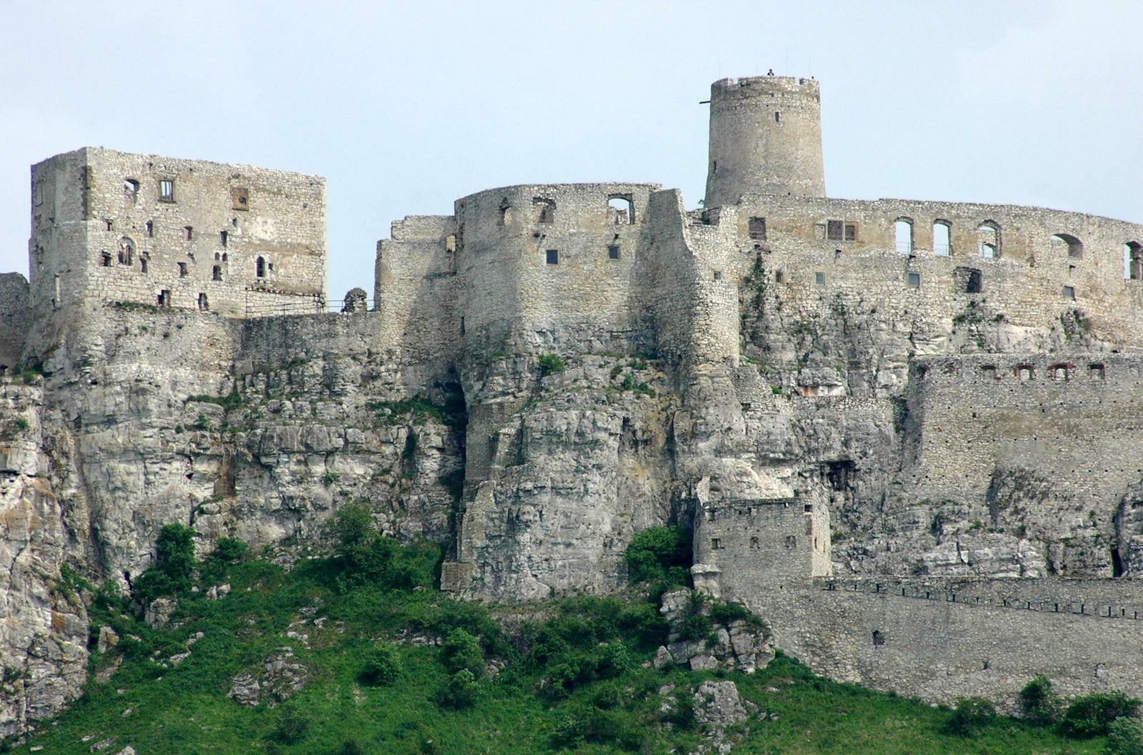 Zamek Spiski, Słowacja Jeden z największych zamków w Europie, zajmuje powierzchnię około 4 hektarów. Po wielkim pożarze z XVIII wieku stał opuszczony. Obecnie jest jedną z najpopularniejszych atrakcji turystycznych kraju.