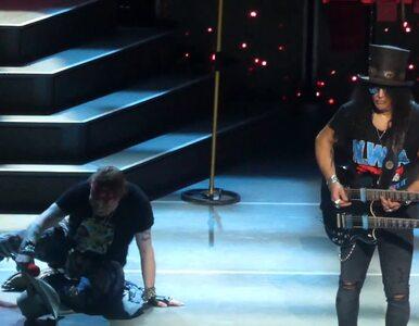 """Axl Rose zaliczył upadek na scenie. W trakcie wykonywania """"Knockin' On..."""