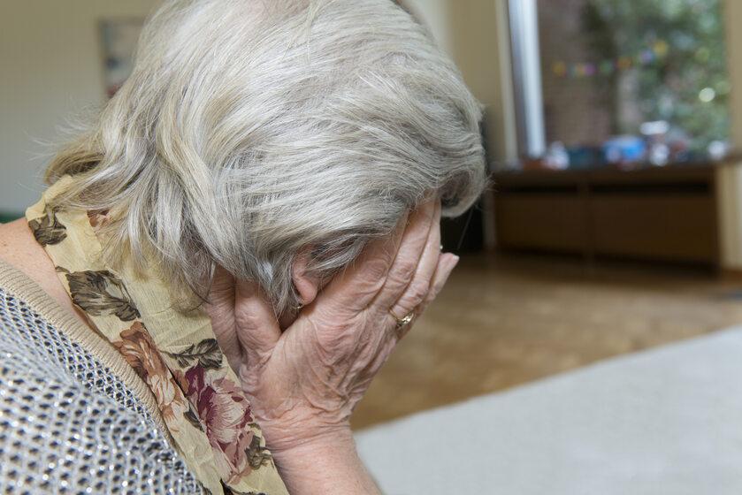 Płacząca staruszka (zdj. ilustracyjne)