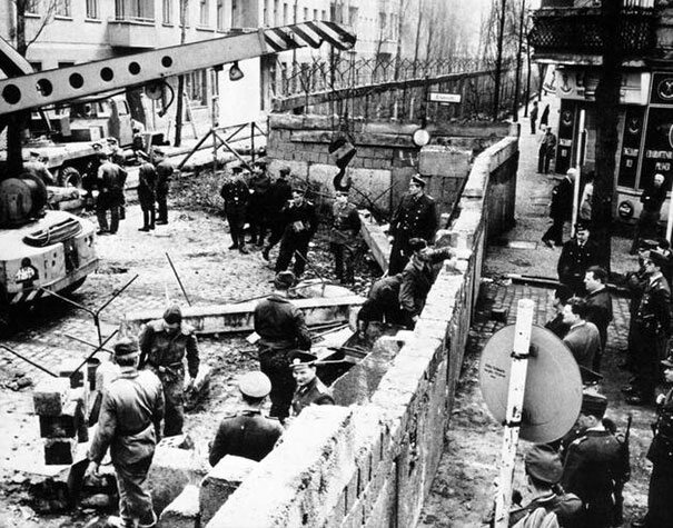 Budowa muru berlińskiego, 1961 (fot. boredpanda.com)