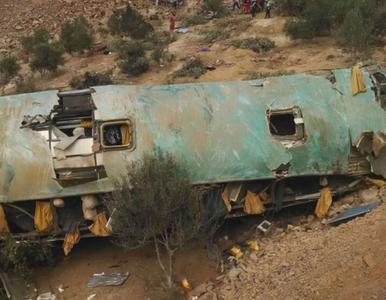 Autokar spadł z 200-metrowego klifu. 36 osób nie żyje
