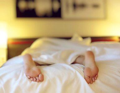 Najzdrowsze pozycje do spania. Jakie korzyści z nich płyną?