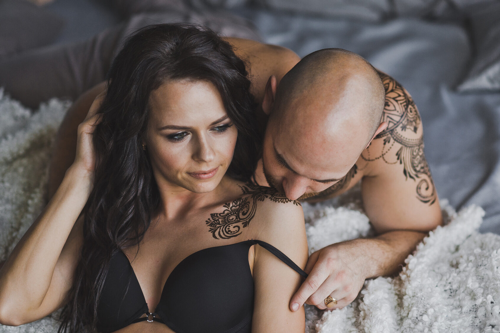 Zakochana para w łóżku