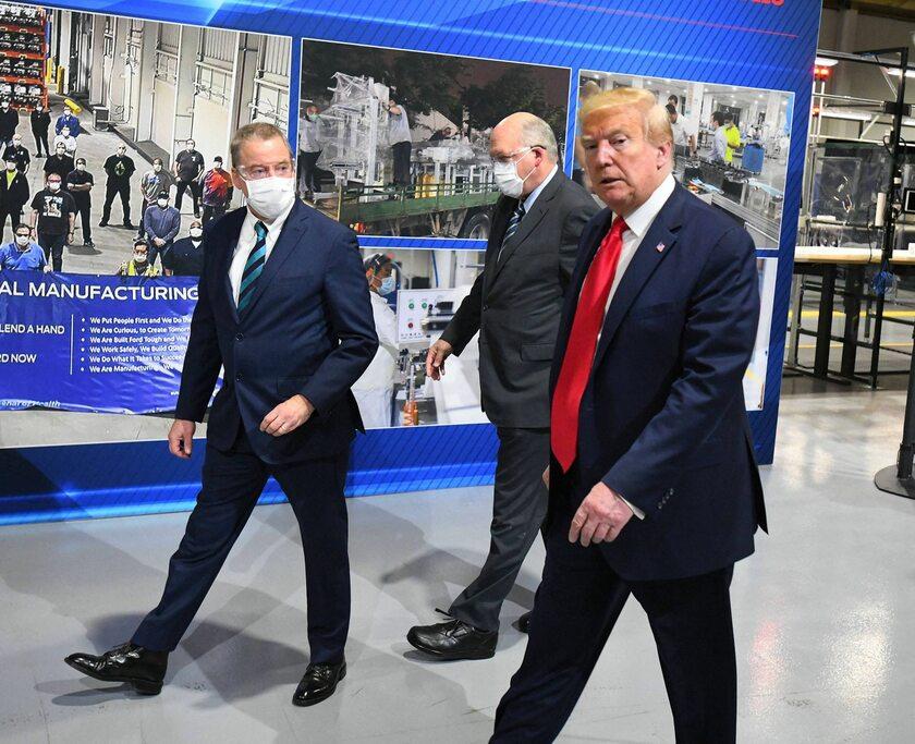 Donald Trump podczas wizyty w fabryce Forda