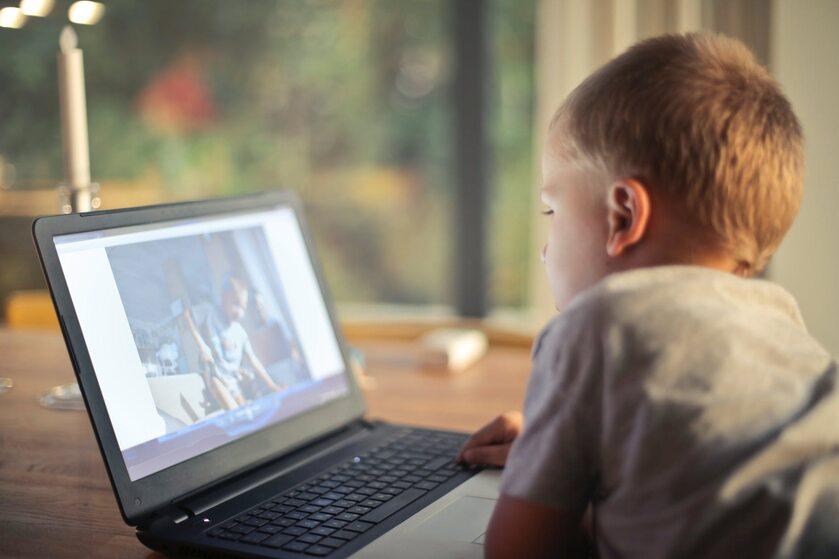 Dziecko korzystające z laptopa